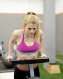 Frau, die in der Gymnastik trainiert Lizenzfreie Stockfotografie