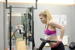 Frau, die in der Gymnastik trainiert Stockfoto