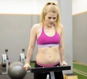Frau, die in der Gymnastik trainiert Stockfotografie
