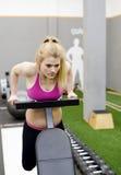 Frau, die in der Gymnastik trainiert Lizenzfreie Stockfotos