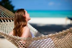 Frau, die in der Hängematte sich entspannt Lizenzfreies Stockfoto