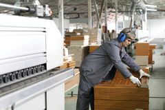 Frau, die in der hölzernen Fabrik arbeitet Stockfoto