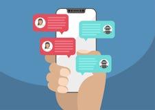 Frau, die in der Hand Einfassung-freien/frameless Smartphone hält und mit Chat Botroboter plaudert Chatmitteilungsmitteilung auf  Stockfotografie