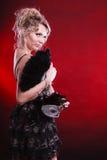 Frau, die in der Hand Karnevalsmasken-Federfan hält Lizenzfreies Stockfoto