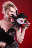 Frau, die in der Hand Karnevalsmasken-Federfan hält Stockbilder
