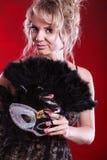 Frau, die in der Hand Karnevalsmasken-Federfan hält Stockbild