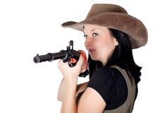 Frau, die in der Hand mit Pistole zielt Lizenzfreie Stockfotos