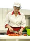 Frau, die in der Küche arbeitet Stockbild