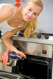 Frau, die an der Küche kocht Stockbilder