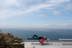 Frau, die an der Küste sich entspannt Lizenzfreie Stockfotografie