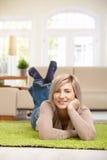 Frau, die an der Kamera lächelt Lizenzfreie Stockfotos