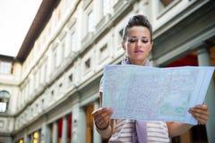 Frau, die in der Karte nahe uffizi Galerie in Italien schaut Stockfotos