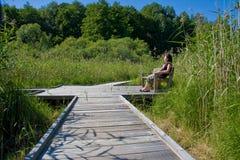Frau, die in der Landschaft sich entspannt Lizenzfreies Stockbild