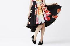 Frau, die in der modischen Kleidung aufwirft Stockfotografie