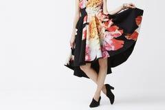 Frau, die in der modischen Kleidung aufwirft Stockfoto