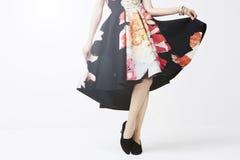 Frau, die in der modischen Kleidung aufwirft Stockbild