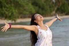 Frau, die in der Natur atmet Lizenzfreies Stockbild