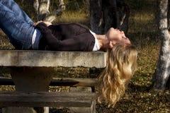 Frau, die in der Natur schläft Stockfoto