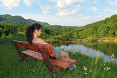 Frau, die in der Natur sich entspannt Lizenzfreie Stockfotos