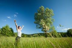 Frau, die in der Natur sich entspannt Lizenzfreies Stockbild