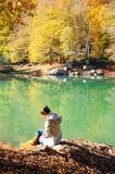 Frau, die an der Natur sitzt Lizenzfreie Stockfotografie
