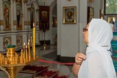 Frau, die in der orthodoxen Kirche betet lizenzfreie stockbilder