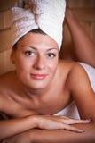 Frau, die in der Sauna sich entspannt Lizenzfreies Stockfoto