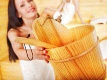 Frau, die in der Sauna sich entspannt. Lizenzfreie Stockfotos