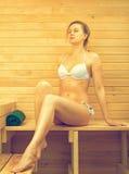 Frau, die in der Sauna sich entspannt Stockfotos