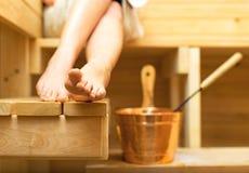 Frau, die in der Sauna sich entspannt Lizenzfreie Stockfotos