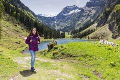 Frau, die in der schönen Landschaft wandert stockbild