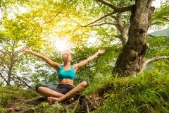 Frau, die in der schönen Natur sich entspannt Lizenzfreies Stockbild