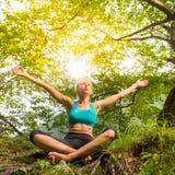 Frau, die in der schönen Natur sich entspannt Lizenzfreie Stockfotografie