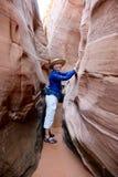 Frau, die in der Schlitzschlucht zusammendrückt Stockfoto