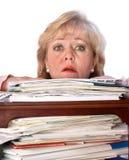 Frau, die in der Schreibarbeit ertrinkt Stockbilder