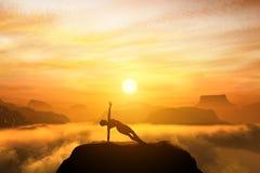 Frau, die in der Seitenbalancenyogaposition auf die Oberseite von Berge meditiert Lizenzfreies Stockfoto