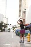 Frau, die in der Stadt aufwirft Stockfotografie