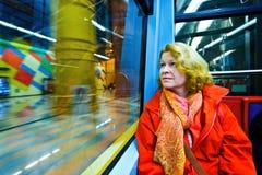 Frau, die in der U-Bahn nachts sitzt Stockbild