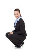 Frau, die in der untersetzten Stellung lächelt Stockfoto