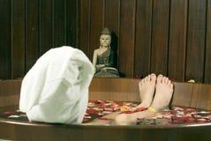 Frau, die in der Wanne - horizontal tränkt Lizenzfreies Stockbild