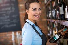 Frau, die in der Weinhandlung arbeitet Stockfoto