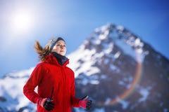 Frau, die in der Winternatur rüttelt Lizenzfreie Stockfotos