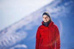 Frau, die in der Winternatur rüttelt Lizenzfreie Stockfotografie