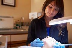 Frau, die Dermo-Abnutzungs-kosmetische Behandlung am Badekurort hat Stockbilder