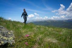 Frau, die in die Berge geht lizenzfreie stockfotografie