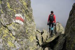 Frau, die in die Berge von Rumänien geht stockfoto