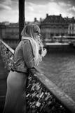 Frau, die in die Brücke von Künsten in Paris wartet Stockfotografie