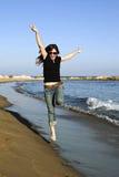 Frau, die in die Luft springt Stockfotos