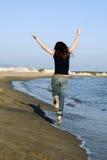 Frau, die in die Luft springt Stockbilder