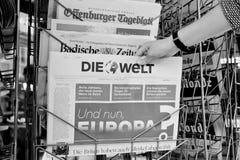 Frau, die Die Welt-Zeitung mit schockierender Schlagzeile über Br kauft Stockfotografie